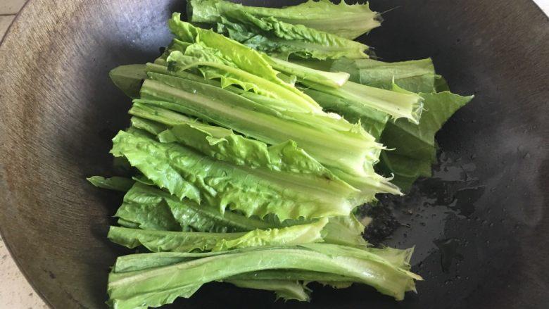蚝油油麦菜,热锅倒油下入姜、蒜