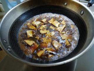 麻辣豆腐,豆腐烧熟,大火焖,加入红薯淀粉,勾芡下