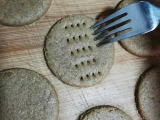 粗粮饼干,用叉子在未烤的饼干上扎些小孔。