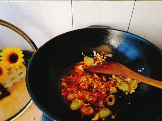 清明的应景佐酒小菜--香辣钉螺,下入葱姜蒜炒香。