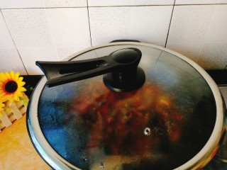 清明的应景佐酒小菜--香辣钉螺,盖上盖子,煮10左右