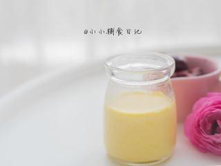 辅食8m+ 蛋黄蒸蛋 教你如何做出如布丁般的蒸蛋,蛋液跟水的比例可以是1:1.5-1:2水多会更嫩一点