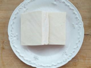 香椿豆腐,准备食材,两块豆腐。