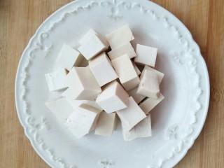 香椿豆腐,豆腐切丁。