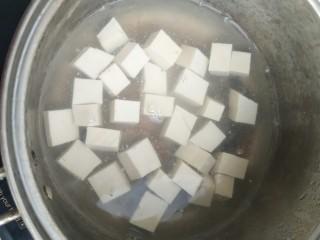 香椿豆腐,豆腐焯水。