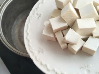 香椿豆腐,放入豆腐。