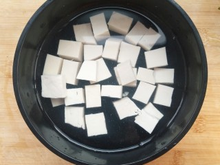 香椿豆腐,取出放凉水备用。