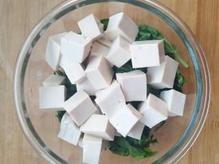 香椿豆腐,将香椿和豆腐放在一起。