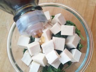 香椿豆腐,一勺芝麻油。
