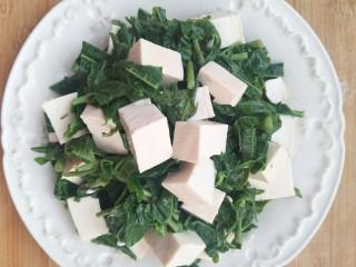 香椿豆腐,装盘就可以开吃啦。