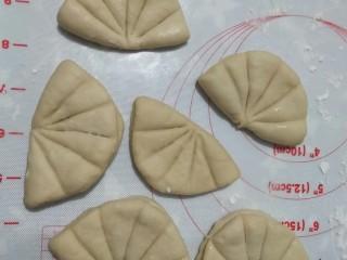 荷叶饼,将剩下的面团依次按照上述步骤完工。