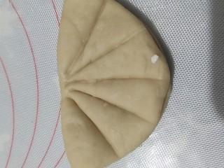 荷叶饼,用勺子炳或者刀背按压成荷叶的形状。