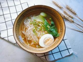 热气腾腾的阳春面,煮熟后捞入碗中,搭配半个煮蛋,撒些许葱花就可以开吃了。