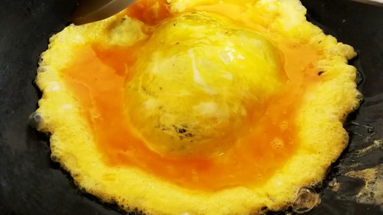 菌类料理+木耳平菇炒鸡蛋,倒入鸡蛋,半凝固的时候用铲子滑成块,基本凝固时关火,把鸡蛋倒进碗里备用