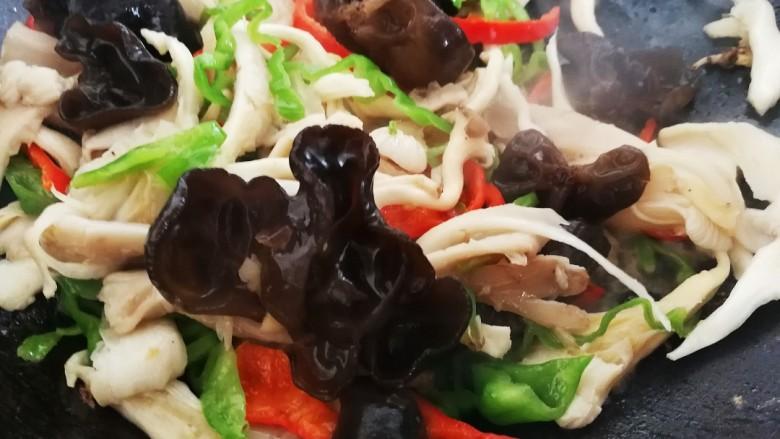 菌类料理+木耳平菇炒鸡蛋,放入木耳翻炒均匀