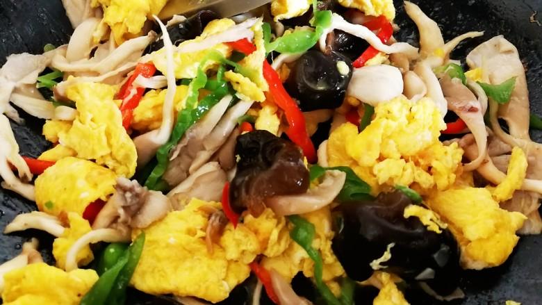 菌类料理+木耳平菇炒鸡蛋,倒入鸡蛋翻炒均匀关火