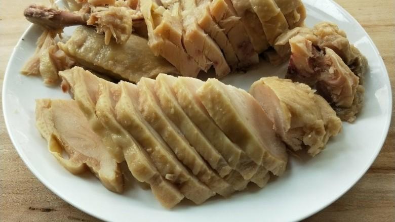 花雕酒焗藤椒手撕鸡,解冻后切块。