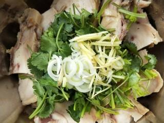 花雕酒焗藤椒手撕鸡,把香菜段,姜丝,葱丝放鸡块上。