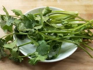 花雕酒焗藤椒手撕鸡,香菜切段,香菜根留下备用。再准备好姜丝,葱丝。