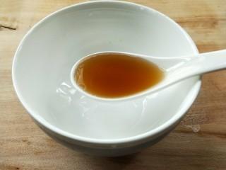 花雕酒焗藤椒手撕鸡,解冻同时准备腌汁,一勺料酒。