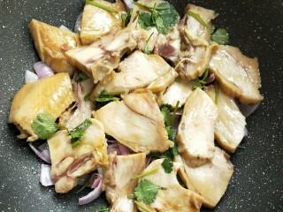 花雕酒焗藤椒手撕鸡,逐一放藤椒鸡块,腌汁也倒入。