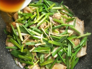 花雕酒焗藤椒手撕鸡,开盖,沿着锅边迅速烹入一碗花雕酒。