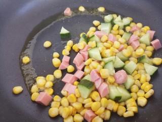 彩色玉米粒,把食材都放进去炒