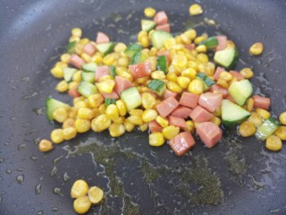 彩色玉米粒,炒匀即可