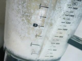 冰爽刨冰,从透明的料理杯看溅起的刨冰非常的细腻