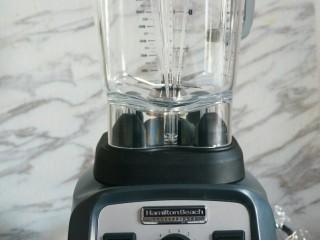 冰爽刨冰,破壁机我用的是汉美驰破壁机,不仅马力足,容量大,而且做热汤,冰沙,刨冰和果汁只需按一下等待片刻即成