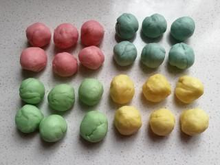 春之色~彩虹面包卷,再把每种颜色的条状面团,分割成均匀的六个小剂子滚圆