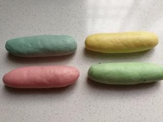 春之色~彩虹面包卷,发酵好的小面团取出来挤压排气,分别搓成长条状。