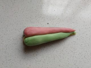 春之色~彩虹面包卷,接着把四种颜色的面团颜色交错着叠加起来