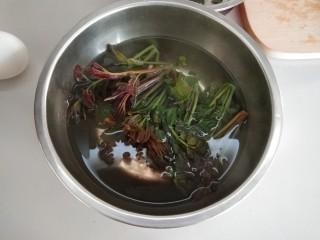 香椿+鹅蛋,用开水烫3-5分钟捞出控水