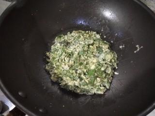 香椿+鹅蛋,往中间收拢,用小火转动锅煎一会,翻面煎至熟