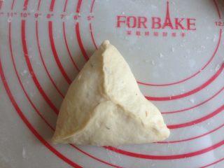 什香草土豆面包,翻面,光滑面朝下,捏成三角形