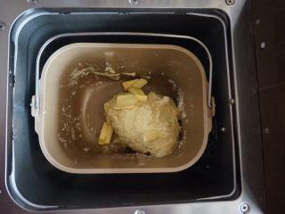 什香草土豆面包,选择和面3分钟,加入切成小块的黄油。