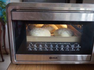什香草土豆面包,放入已经预热到170度的烤箱中下层烘烤18分钟左右。
