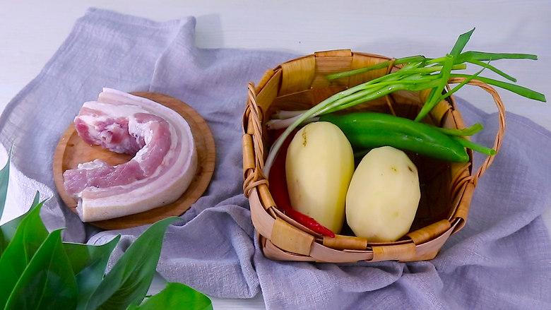 五花肉烧土豆,1:准备食材五花肉400g 土豆2个  青红椒各一个
