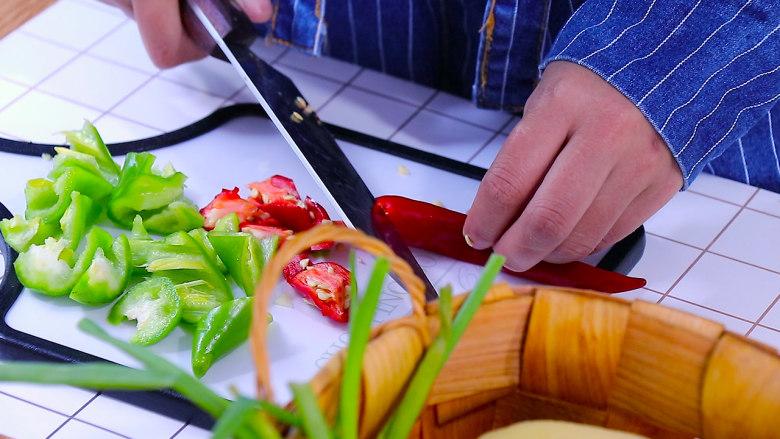 五花肉烧土豆,青红椒切滚刀块