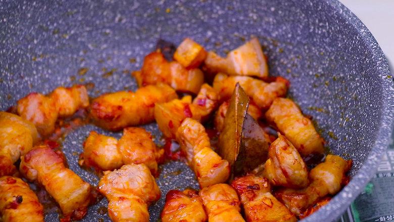 五花肉烧土豆,将豆瓣酱炒出红油后翻炒均匀
