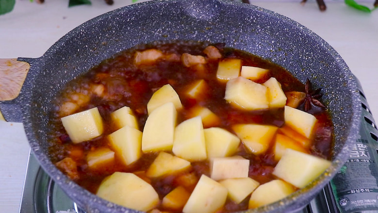 五花肉烧土豆,水烧开之后加入土豆