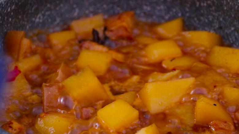 五花肉烧土豆,25分钟后加入辣椒 盐 鸡精 翻炒均匀