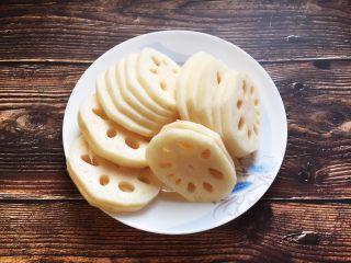 莲藕排骨汤,将莲藕去皮,切成1cm的片。
