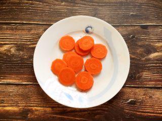 莲藕排骨汤,胡萝卜切成薄片。