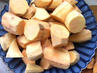 炸红薯丸子,红薯洗净,去皮,切块,上锅蒸熟