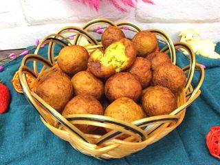 炸红薯丸子,里面软软黄黄的,外面金灿灿的,好有食欲