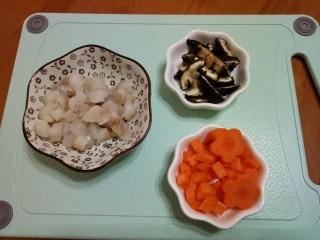 #宝宝辅食#鳕鱼胡萝卜香菇粥,6.鳕鱼切丁,鳕鱼用几滴的柠檬汁腌制一下,可以去除腥味。(没有柠檬可以用姜片)