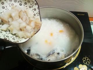 #宝宝辅食#鳕鱼胡萝卜香菇粥,9.加入腌制好的鳕鱼继续中火熬煮一会儿