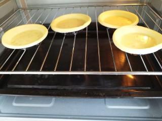 美味家庭蛋挞,然后入烤箱烤制,240°上下火,烤十分钟左右就可以